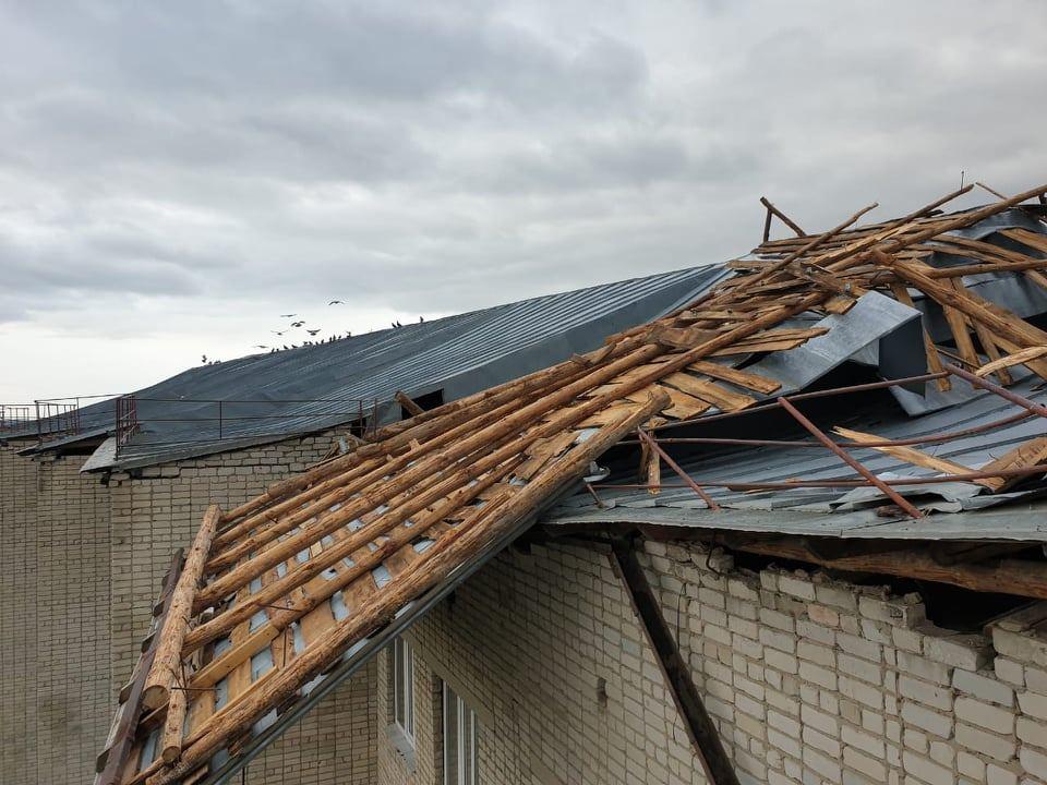 В Уварово ураганный ветер сорвал кровлю с крыши дома для престарелых