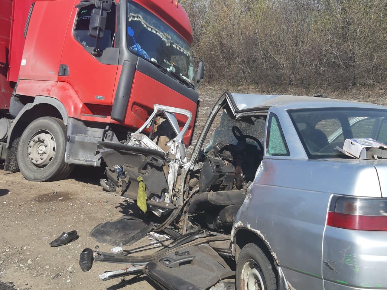 """Водитель большегруза, выехав на красный, протаранил """"десятку"""": есть жертвы"""