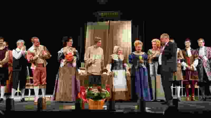 Глава Котовска на Рыбаковском фестивале подарил актёрам московского театра несколько бутылок водки и неваляшек