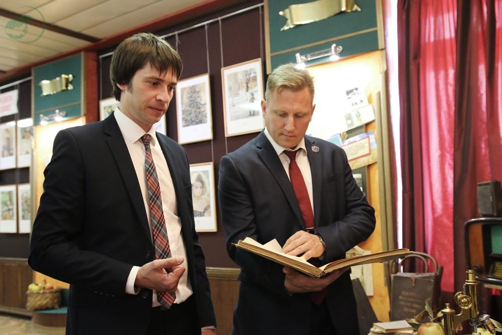 Космонавт Сергей Прокопьев передал музею мичуринского университета ценные экспонаты