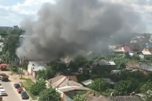 На улице Московской загорелись два жилых дома
