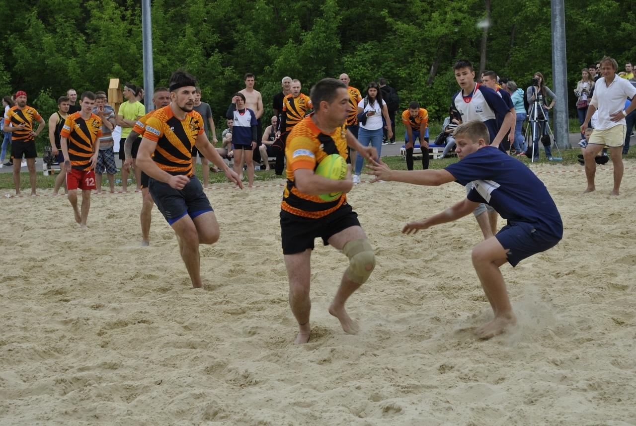 """""""Шмели"""" выиграли мини-турнир по пляжному регби"""