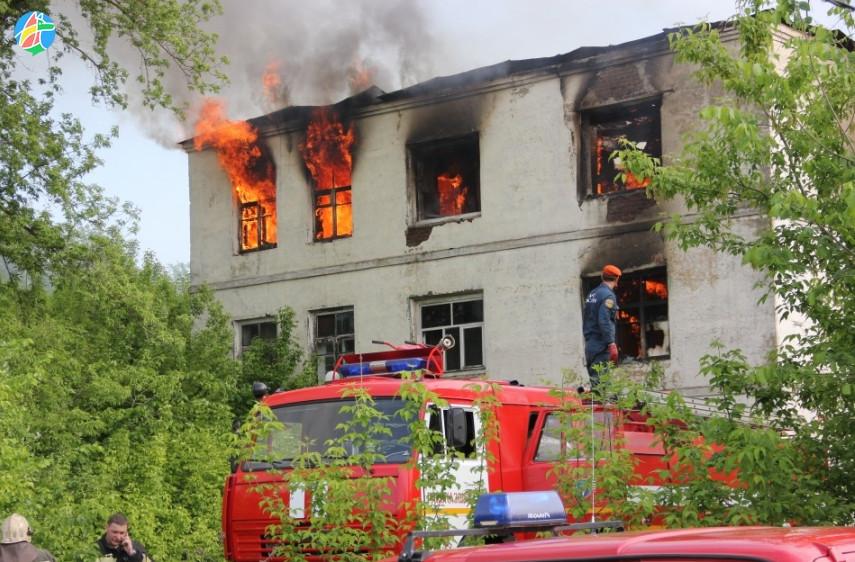 В Рассказово загорелось здание бывшего корпуса ПТУ