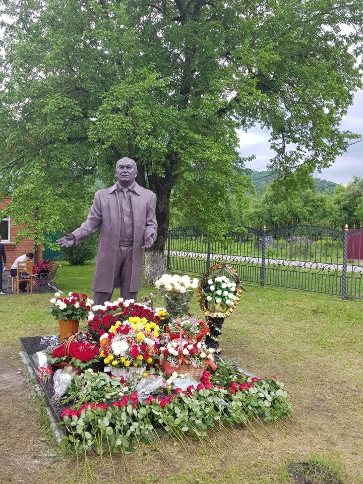 В Северной Осетии рядом с храмом установили памятник депутату Тамбовской областной Думы