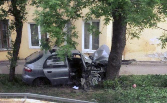 В Тамбове легковушка врезалась в жилой дом и загорелась: водителя и пассажира чудом спасли автомобилисты