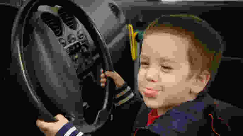 В Тамбове малыш без присмотра взрослых завёл машину и сбил старушку