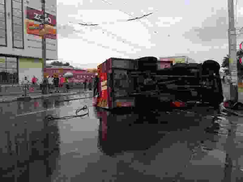 """В Тамбове напротив ТЦ """"Акварель"""" после столкновения с легковушкой перевернулась пожарная машина"""