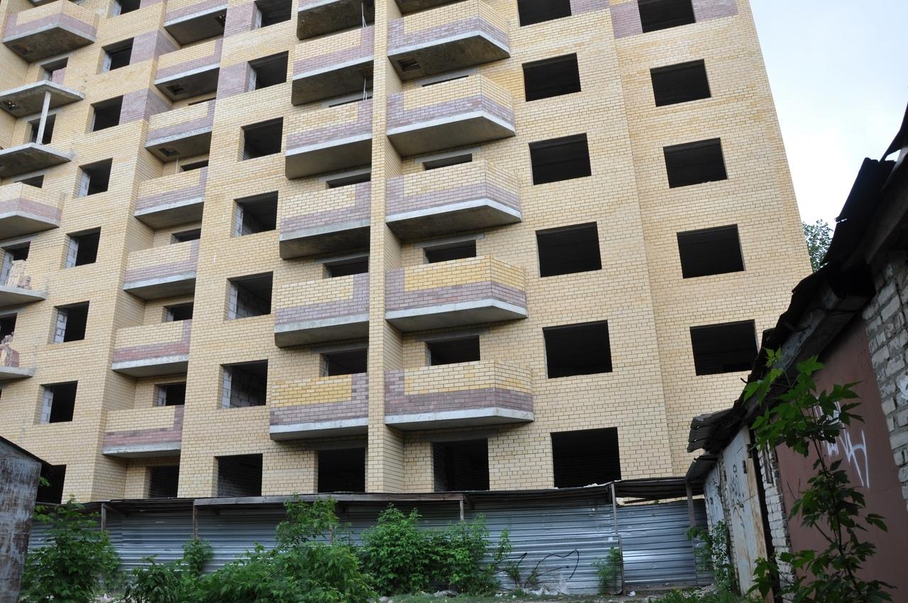 В Тамбове незаконно установленные гаражи мешают вводу дома в эксплуатацию