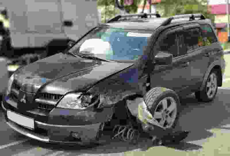В Тамбове столкнулись две иномарки, у одной из них отлетело колесо