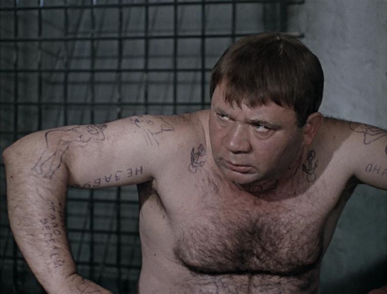 В тамбовской колонии заключенные курят где хотят и держат запрещенные предметы