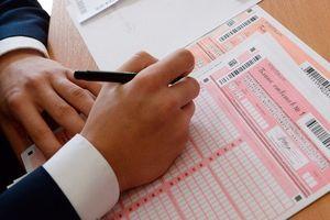 11-классники сдают экзамен по русскому языку