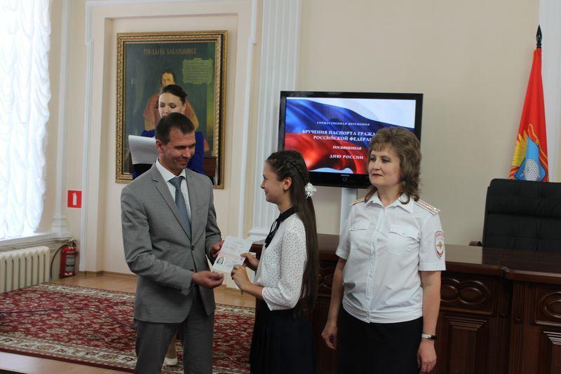Свой первый паспорт из рук главы региона получили 16 юных тамбовчан