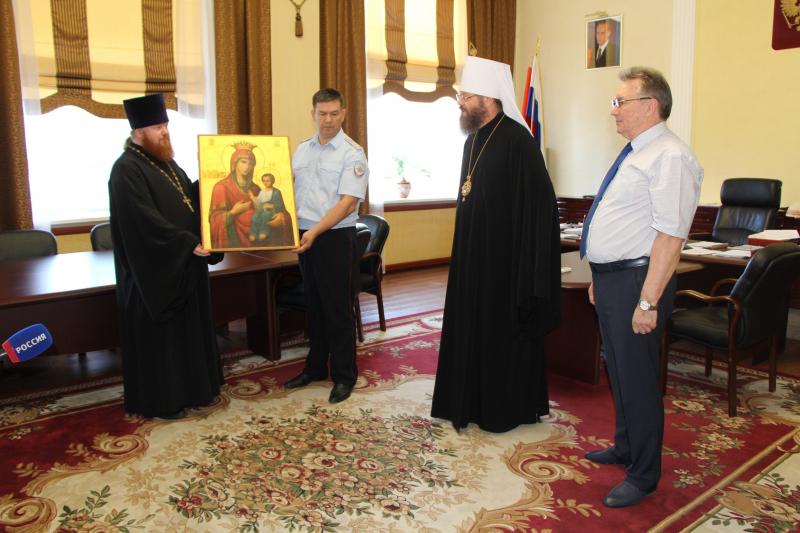 Тамбовские полицейские вернули в храм украденную старинную икону