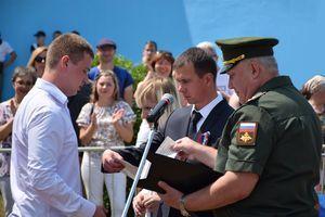 В День России Дмитрий Самородин в торжественной обстановке вручил новобранцам повестки для прохождения воинской службы