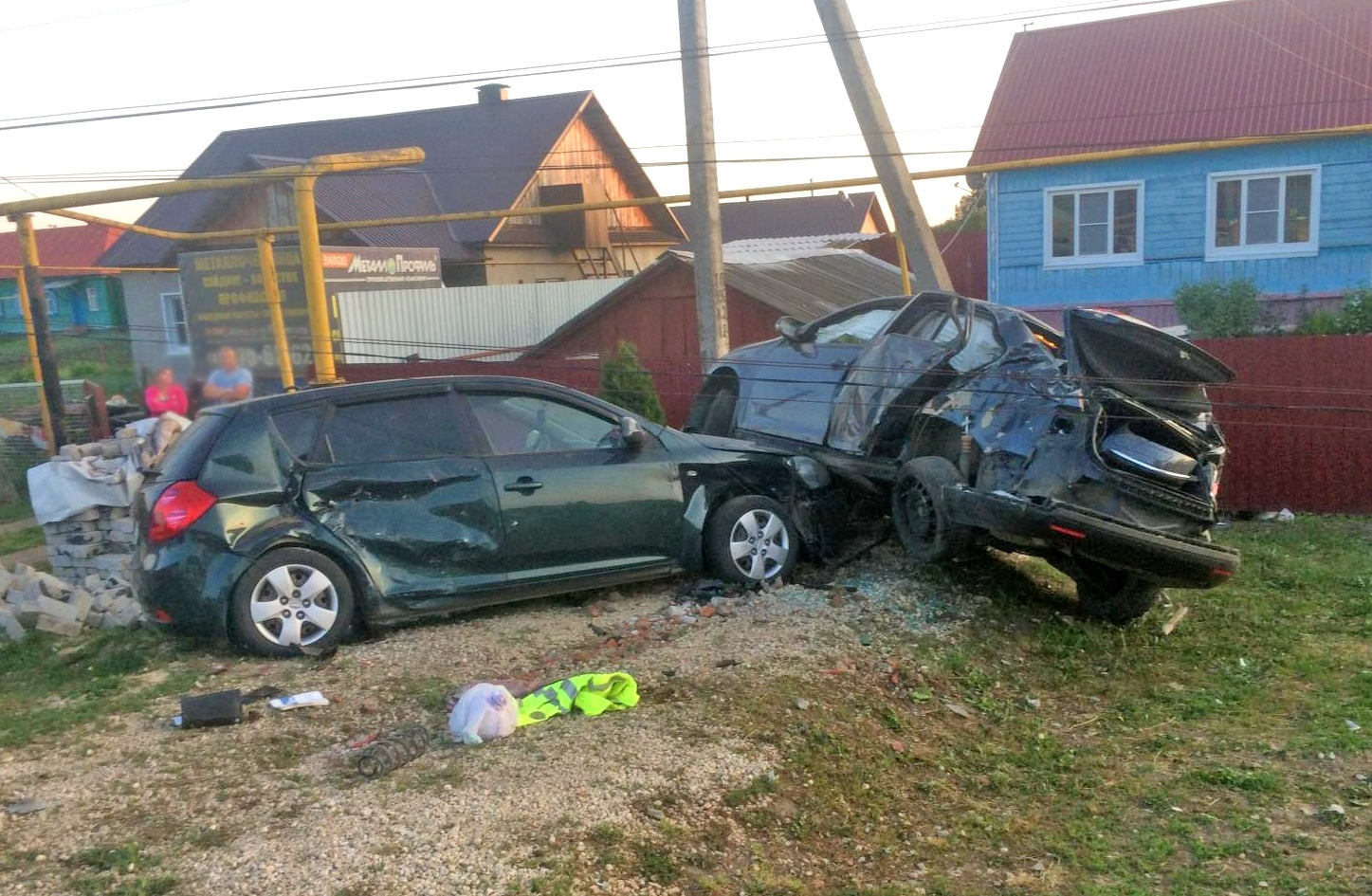 """Водитель """"Фольксвагена"""" вылетел с дороги прямо в столб и припаркованное авто"""