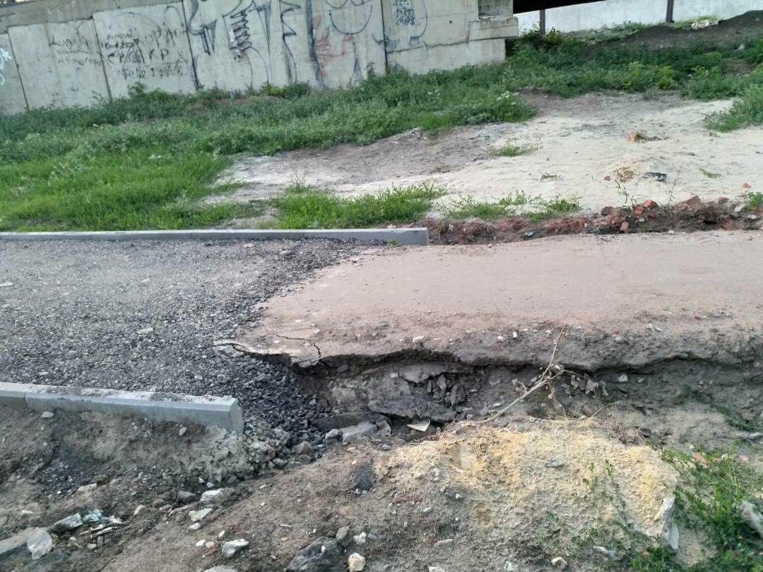 Жители Тамбова удивлены внезапно закончившейся пешеходной дорожкой на улице Комиссара Московского