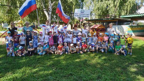Салютом из ладошек в детском саду «Ягодка» отметили День Государственного флага Российской Федерации