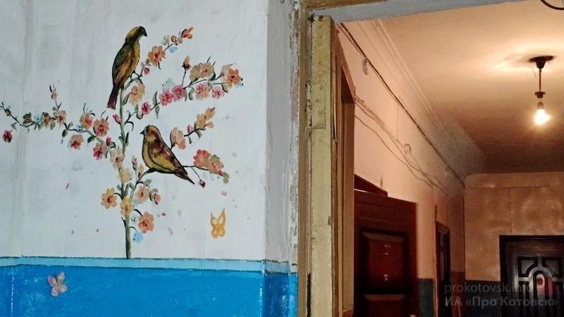 В Котовске местный житель в одиночку расписывает стены старого дома
