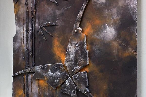 В новой выставке Алексей Медведев использовал технику имитации металла