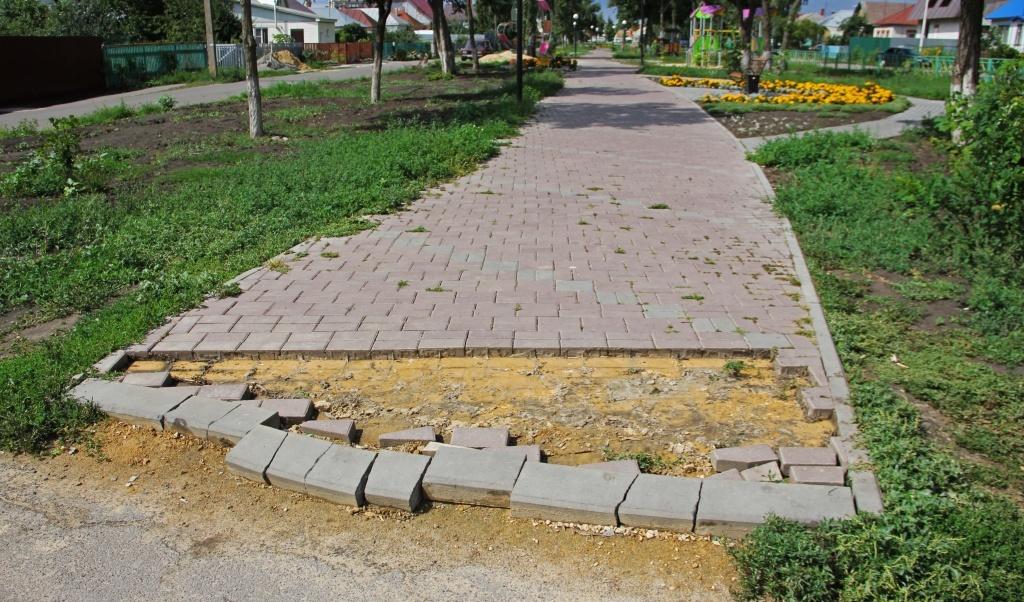 В Парке детства Рассказова воруют тротуарную плитку