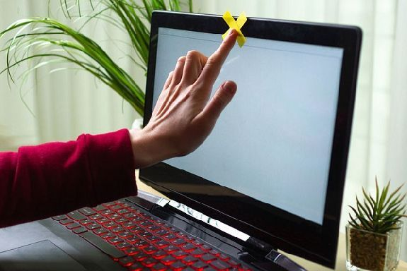 В Роскачестве призывают пользователей заклеивать камеру и микрофон ноутбука