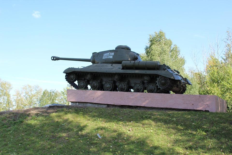 В селе Петровское при строительстве нового мемориала пришлось поднимать его основание