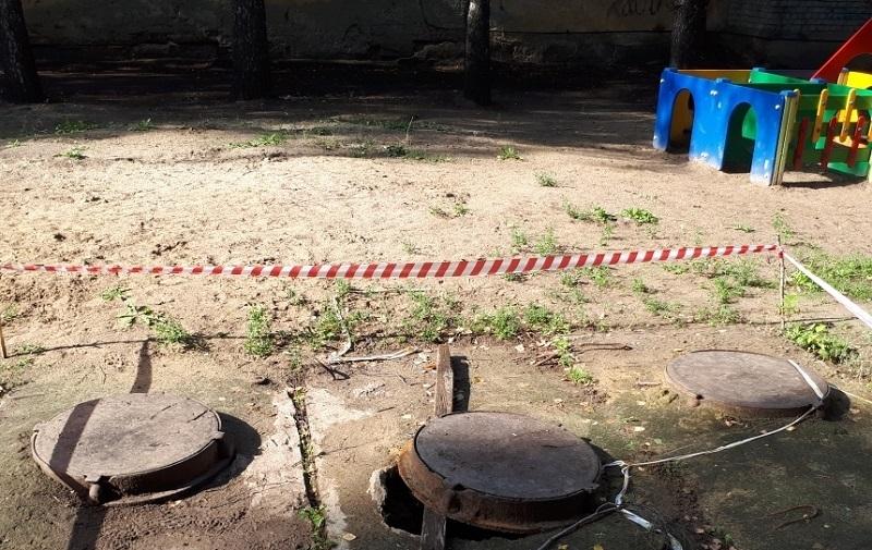 В Тамбове на детской площадке обнаружен опасный канализационный колодец