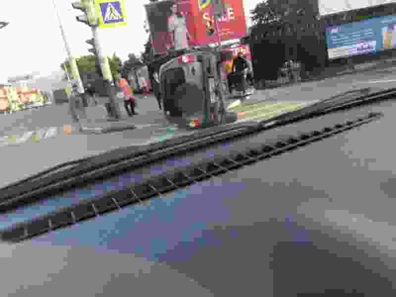 """В Тамбове у """"Спартака"""" при столкновении трех машин """"Нива"""" перевернулась на пешеходном переходе"""