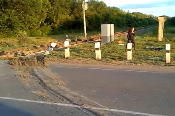 В Тамбовском районе поезд врезался в легковой автомобиль
