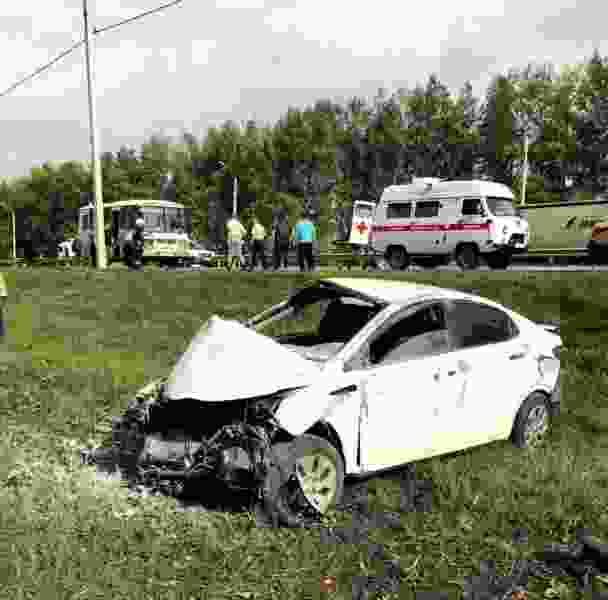 В Тамбовском районе водитель иномарки уснул и врезался в отбойник, куски стекла отлетели в автобус, пострадали три человека