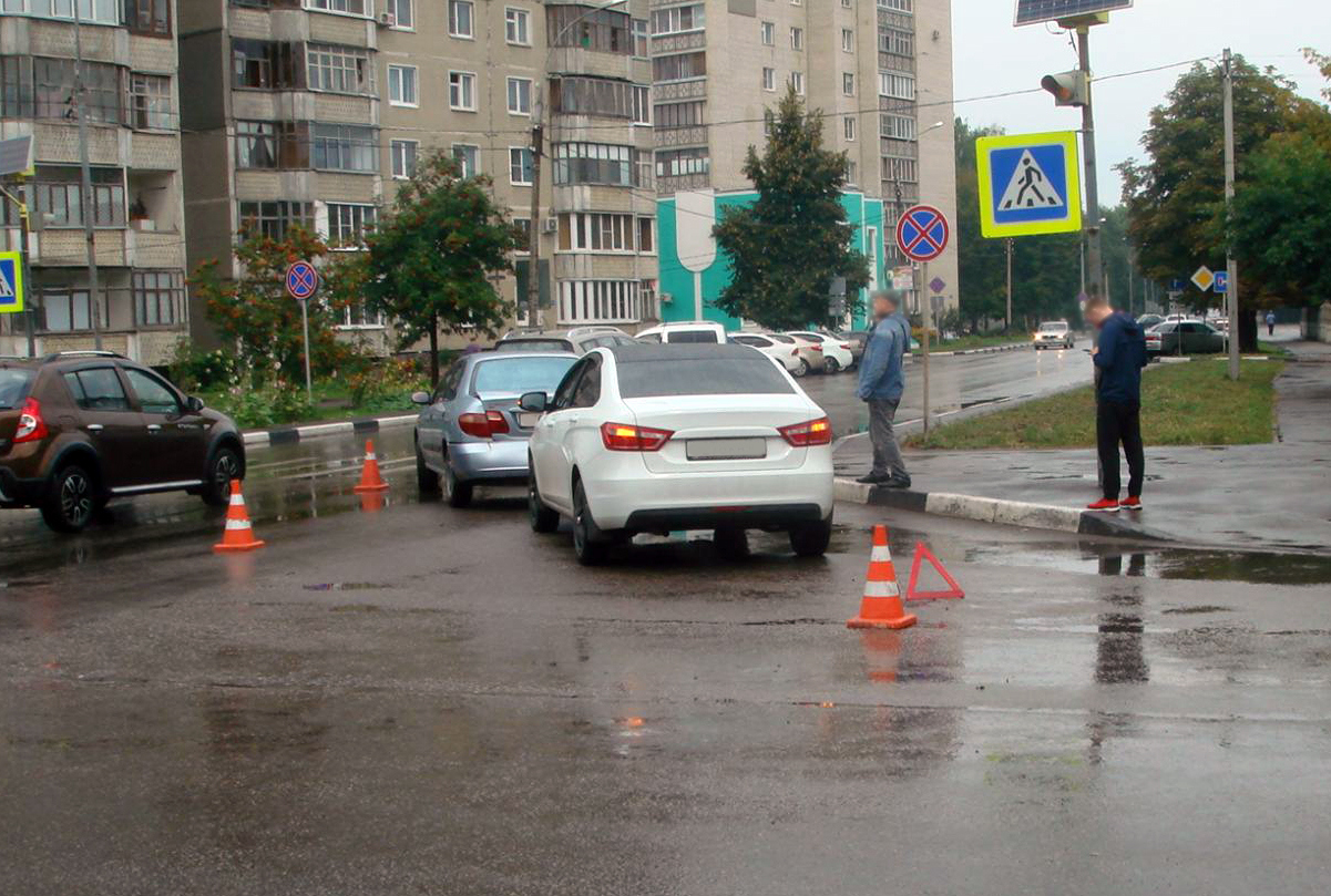 """В центре Тамбова столкнулись """"Веста"""" и """"Ниссан"""": пострадал ребёнок"""