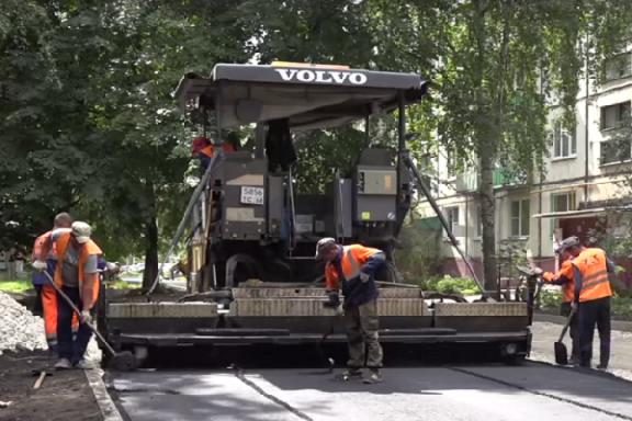 Во дворе дома №17 по адресу Тамбов-4 завершают укладку нового асфальтового покрытия