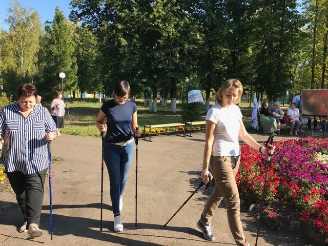 Медики обучили жителей Рассказовского района скандинавской ходьбе