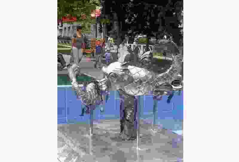 В Тамбове у остановки на Гастелло появился фонтан из стальных рыб, и теперь сквер соответствует своему названию «Речной»