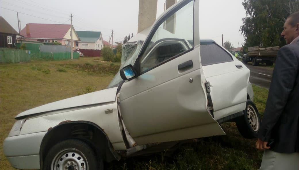 В Тамбовской области легковушка влетела в столб и смялась пополам