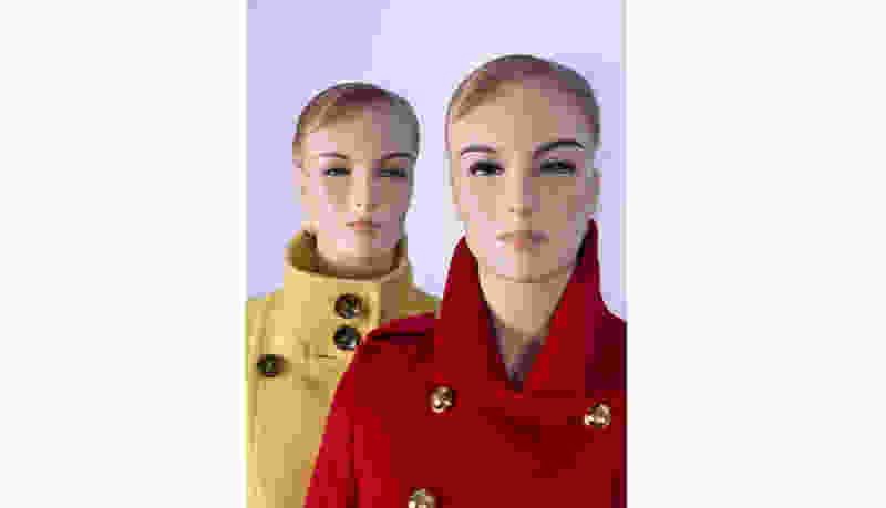 В Тамбовской области посетительница магазина украла пальто прямо с манекена