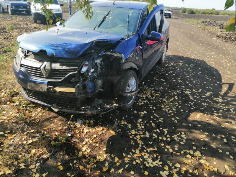 В Тамбовской области трактор на полевой дороге врезался в иномарку: есть пострадавшие