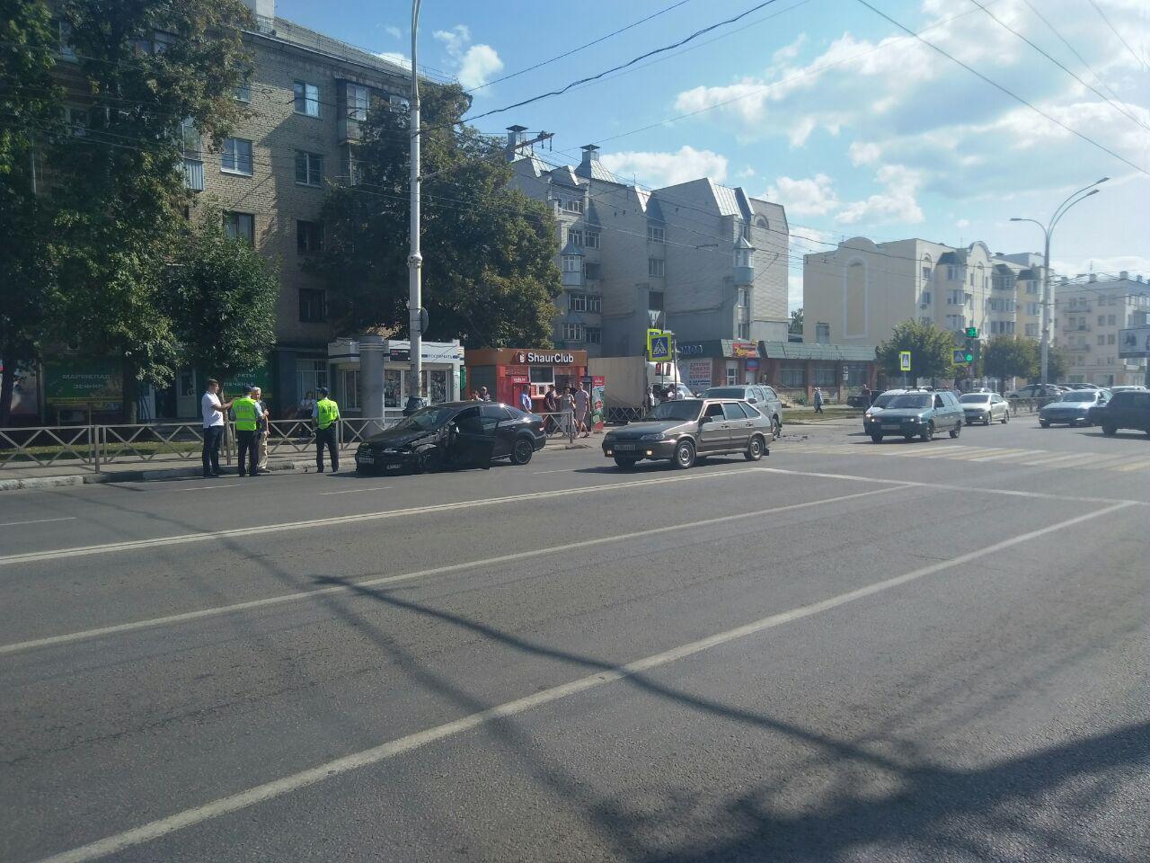 В центре Тамбова столкнулись две иномарки