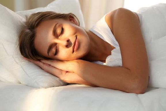 Врач рассказал, какие позы для сна опасны для здоровья
