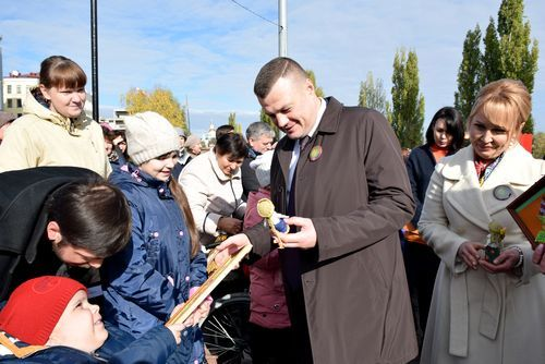 Глава города Тамбова Наталия Макаревич и губернатор Александр Никитин приветствуют особых гостей - люди с ограниченными возможностями вп