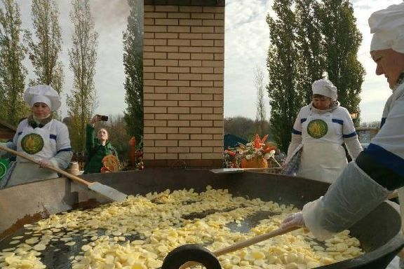 Обзор второго дня Покровской ярмарки: мега-самовар, дефиле русского сарафана, гастрономический фестиваль