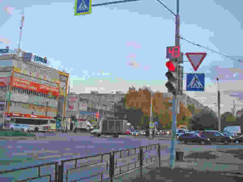 """В Тамбове грузовик сбил школьника, который переходил дорогу на светофоре рядом с """"Ульем"""""""