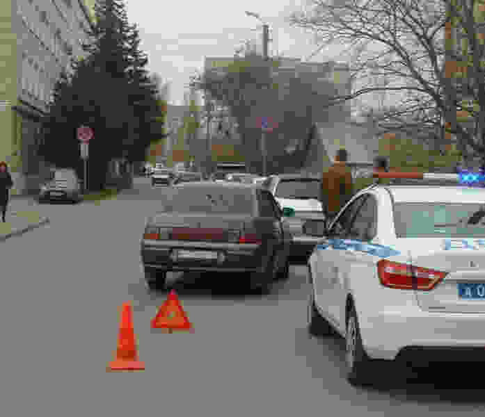 В Тамбове легковушка врезалась в припаркованную иномарку: пострадала женщина