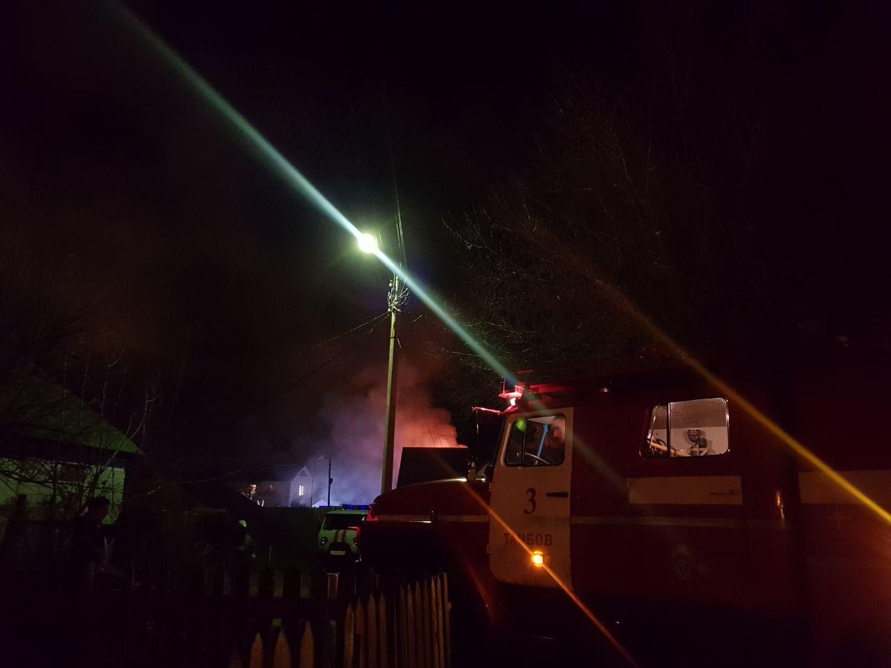 В Тамбове у многодетной семьи загорелся дом: огонь перекинулся на соседний