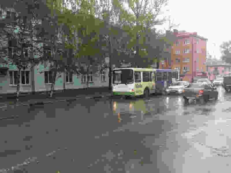 В Тамбове женщина потеряла равновесие и упала с тротуара прямо под колеса автобуса