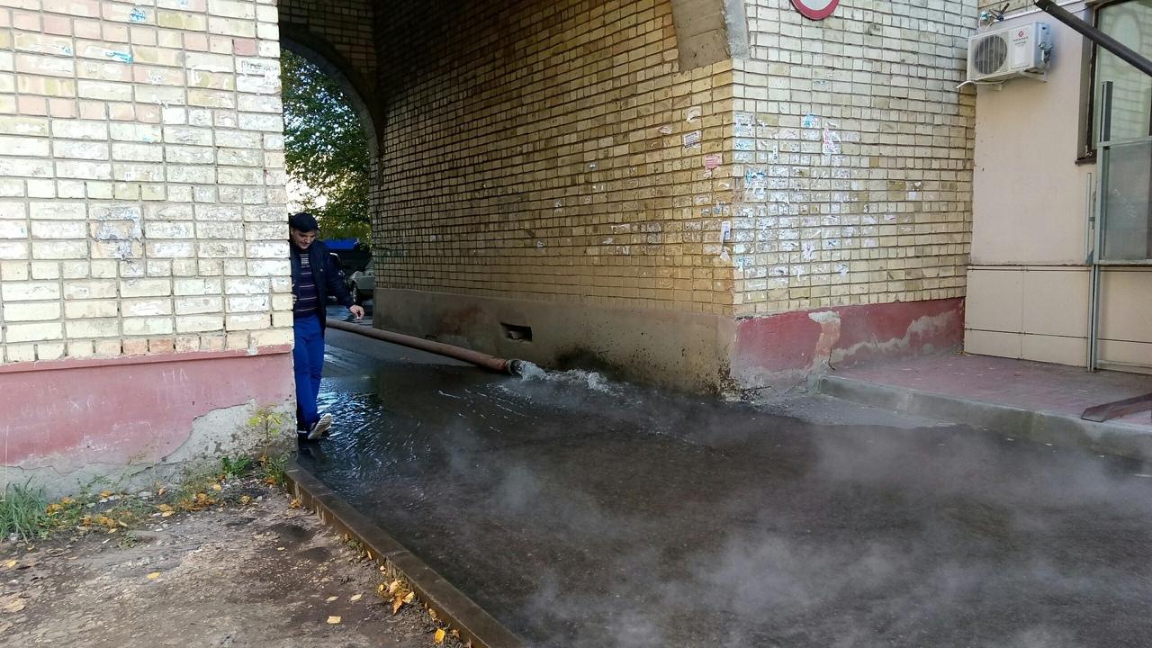 В центре Тамбова двор, тротуары и проезжую часть залило водой: продолжение утиных историй с Интернациональной, 36