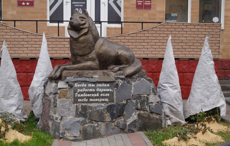 На улице Октябрьской появились памятник из стеклопластика тамбовскому купцу и тематическая аллея рядом