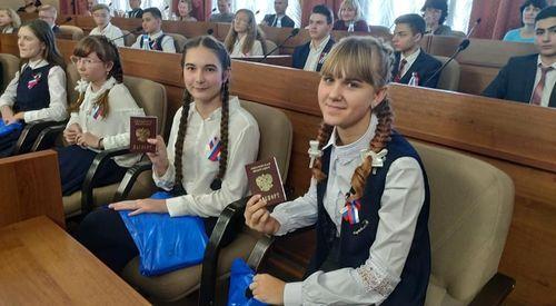 Под гимн Российской Федерации одаренным школьникам вручили паспорта