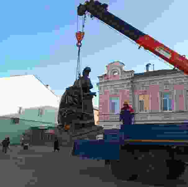 После обрушения коллектора на местном Арбате демонтировали памятник Тамбовской казначейше, чтобы он не провалился