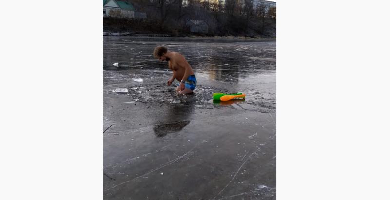 «Шок: безумный тамбовчанин выехал на едва схватившийся лёд». Александр Иванов прокатился на коньках по Цне и нырнул в прорубь